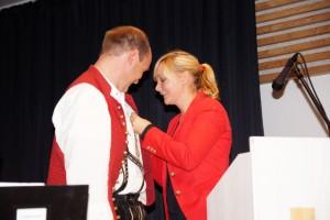 Kathrin Schmid vom Blasmusikkreisverband Ravensburg verleiht Alfred Hepp die Fördermedaille in Gold für sein langjähriges musikalisches Engagement